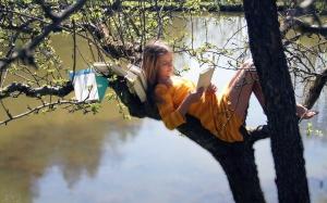 Girl-Read-on-Tree